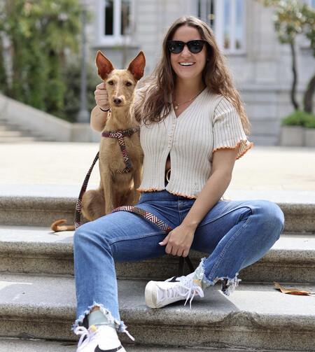 Marta Pombo posa junto a su perro