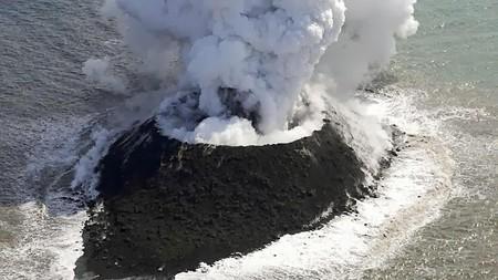 Imagen de la nueva isla que ha emergido a 1.000 kilómetros de Tokio