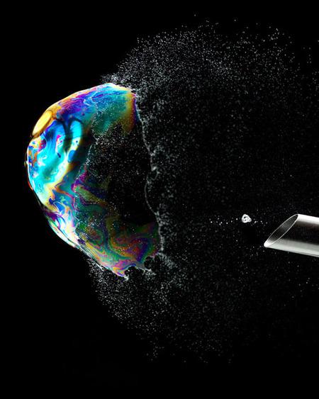 Las pompas de jabón iridiscentes y las ondas sonoras de colores de Fabian Oefner