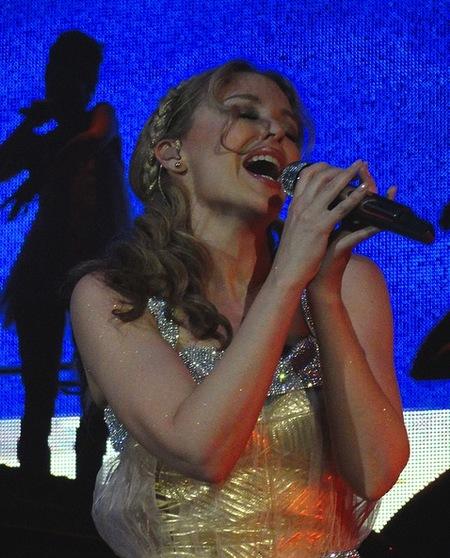 ¡Ya vale de tocarle los ovarios a Kylie Minogue!