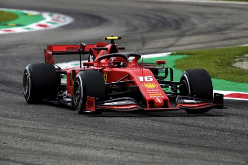 Charles Leclerc aguanta el asedio de los Mercedes para devolverle la victoria a Ferrari en Monza