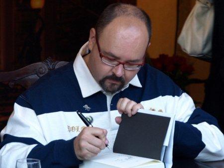 Carlos Ruiz Zafón desmiente que deje de publicar en digital