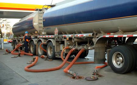 Camión cisterna con carburante