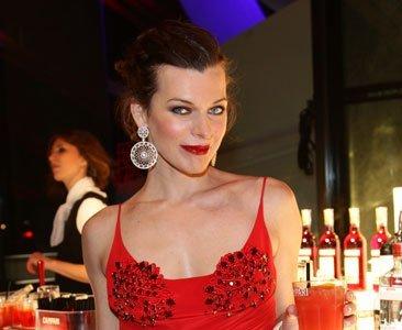El look rojo pasión de Milla Jovovich en la alfombra roja del Calendario Campari 2012