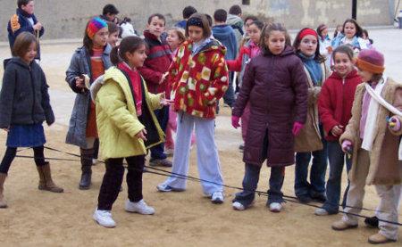 La goma, un juego que fomenta la actividad en los niños