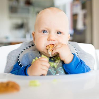 Cero azúcares añadidos en la dieta del bebé y más leche materna: la recomendación de los expertos