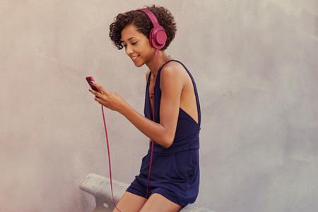 Los auriculares de Sony brillan en tu look: así los combinarás con todos los colores de moda de la temporada