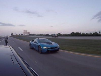 Si querías ver un pique entre un Tesla Model S P85D y un BMW i8, hoy es tu día de suerte