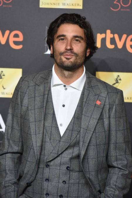 Álex García, con su traje y sus zapas, arreglado pero informal