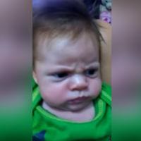 ¿Por qué estará tan enfadado este bebé? Por más que intentan hacerle sonreír no lo consiguen
