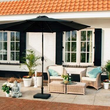 Prepárate para las vacaciones: equipa el jardín o la terraza del apartamento con estas sombrillas de menos de 100 euros