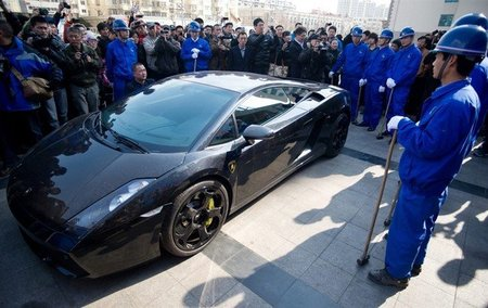 Dololpasión™ extla: un cliente descontento de Lamborghini destroza su Gallardo a mazazos