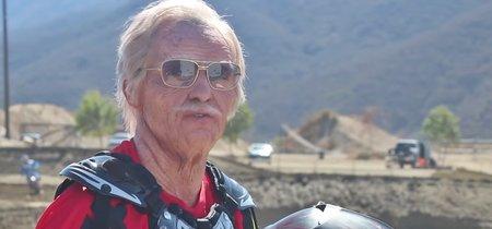 Y este es un señor de 80 años pateando culos de pilotos jóvenes  en un circuito de Motocross (más o menos)