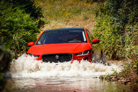 Jaguar I-PACE First Edition vadeo río