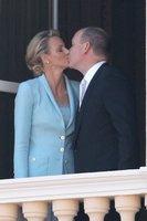 Ya tenemos el primer beso real del príncipe Alberto y Charlene Wittscock, ¡viva los novios!