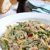 Espaguetis con salsa de nueces y espárragos. Receta