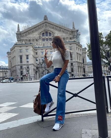 Siete vaqueros de campana para recrear el look de Pilar Rubio que quedan genial con zapatillas