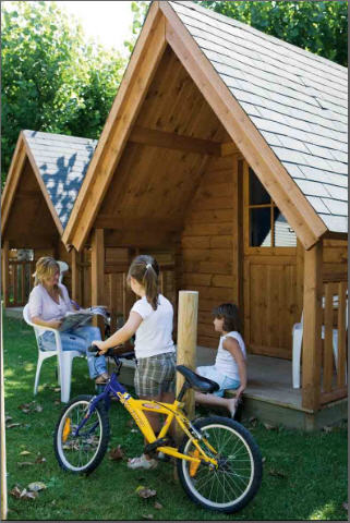 Bungalows Club exterior niñas bicicleta