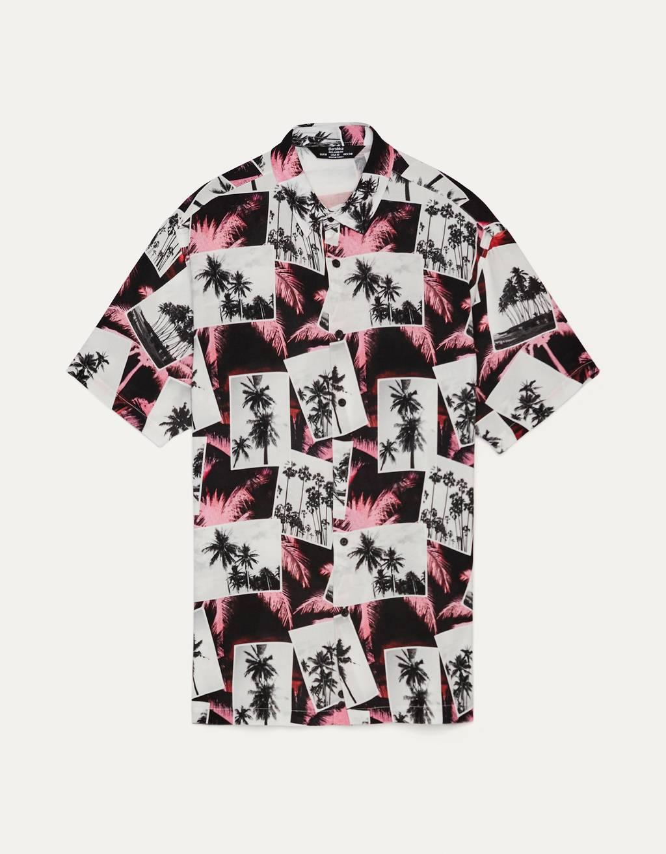 Camisa print palmeras.