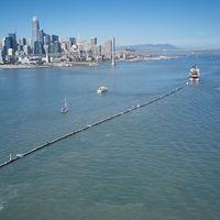 La solución para acabar con el plástico en el océano es una estructura de plástico de 600 metros de longitud, según Ocean Cleanup