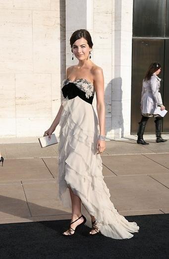 Las celebrities van a la Ópera con Yves Saint Laurent: looks de gala y algún que otro mono...