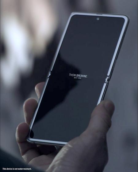 Thom Browne Convierte La Tecnologia En Lujo Interviniendo El Galaxy Z Flip De Samsung
