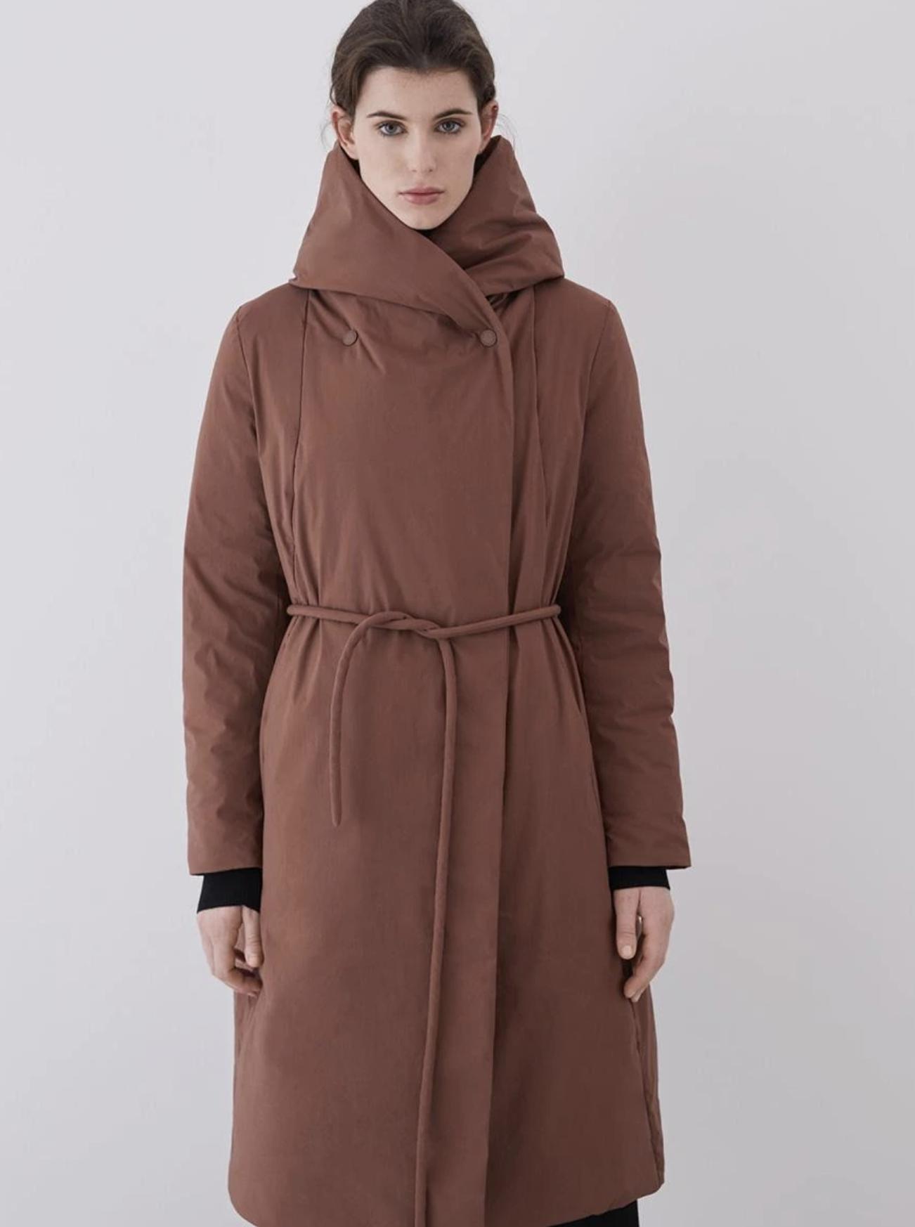 Plumífero de mujer largo con capucha en color marrón