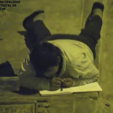 El niño que hacía los deberes bajo una farola porque su madre no podía pagar la luz, estrenará casa gracias a un empresario árabe