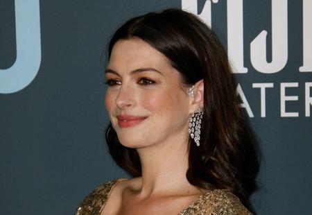Podría haberse pasado de brilli brilli, pero Anne Hathaway ha arriesgado y ha ganado en los Critic's Choice 2020