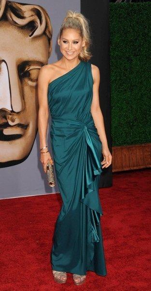 ¿Qué os parece el recogido de Anna Kournikova en el evento BAFTA Brits to Watch?