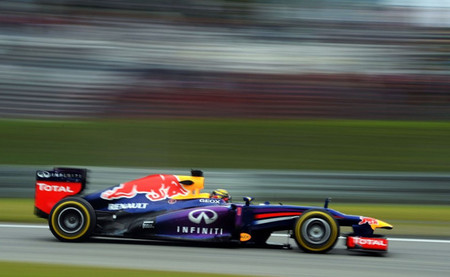 Sebastian Vettel destroza el cronómetro y se postula como teórico favorito a la pole position
