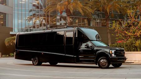 Sofás de cuero, oro de 24 quilates y una enorme tele UHD hacen de esta furgoneta la oficina del millón de dólares
