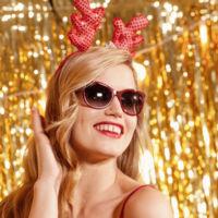 Georgia May Jagger, una Mamá Noel muy sexy en la campaña de Sunglass Hut