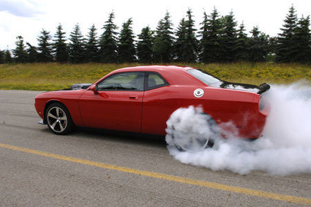 ¿Cómo quema ruedas el Dodge Challenger SRT10 Concept?