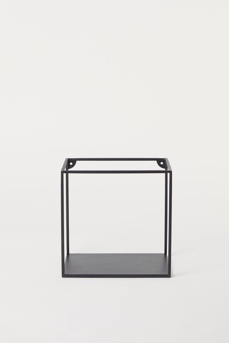 Estante cuadrado de pared con marco de metal pintado. Dos accesorios en la parte superior y un estante debajo.