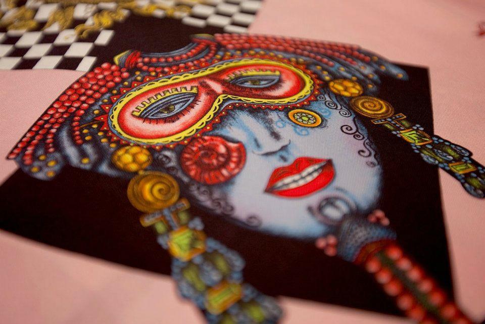 Foto de Versace se pone las pilas y re-edita sus clásicas camisas de seda estampadas  (6/8)