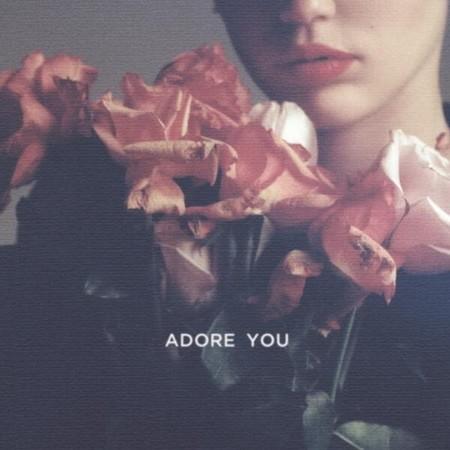 Mira cómo retoza consigo misma Miley Cyrus en el vídeo de 'Adore You'