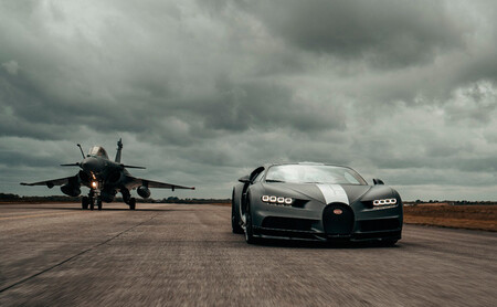 El Bugatti Chiron Sport se enfrenta al caza militar Dassault Rafale Marine, en vídeo