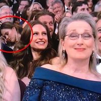 La viva imagen de una madre cansada: Chrissy Teigen se queda dormida en la gala de los Oscar