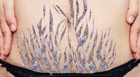 Las estrías convertidas en arte brillante para enviar un mensaje positivo sobre estas marcas en la piel