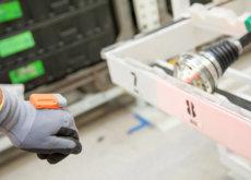 Los trabajadores de las fábricas de Škoda llevan guantes inteligentes