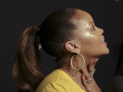 Rihanna nos regala los dos grandes looks del día: del amarillo más brillante al negro más sofisticado