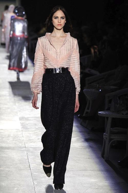 Foto de Chanel Alta Costura Otoño-Invierno 2012/2013: rosa, gris, brillos y nuevo vintage (44/61)