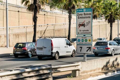 Barcelona restringe el tráfico al coche contaminante: a quién afecta y cómo se aplicará la extensa Zona de Bajas Emisiones