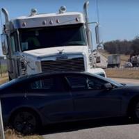 Este vídeo de un camión arrastrando a un Tesla Model 3 por la autovía recuerda por qué no se debe adelantar por la derecha