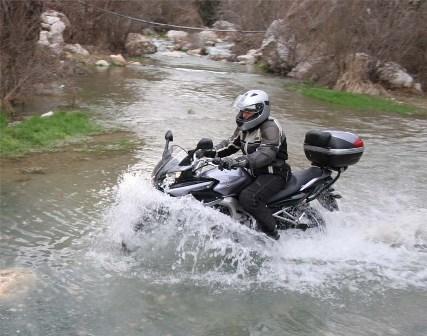 Un invento para que tu moto pueda ir por tierra... ¡y agua!