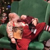 La foto que arrasa en internet: Papá Noel decidió no despertarle tras quedarse dormido esperando en la cola