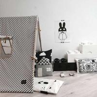 Ilustraciones y estampados gráficos en blanco y negro para decorar el dormitorio de tu bebé