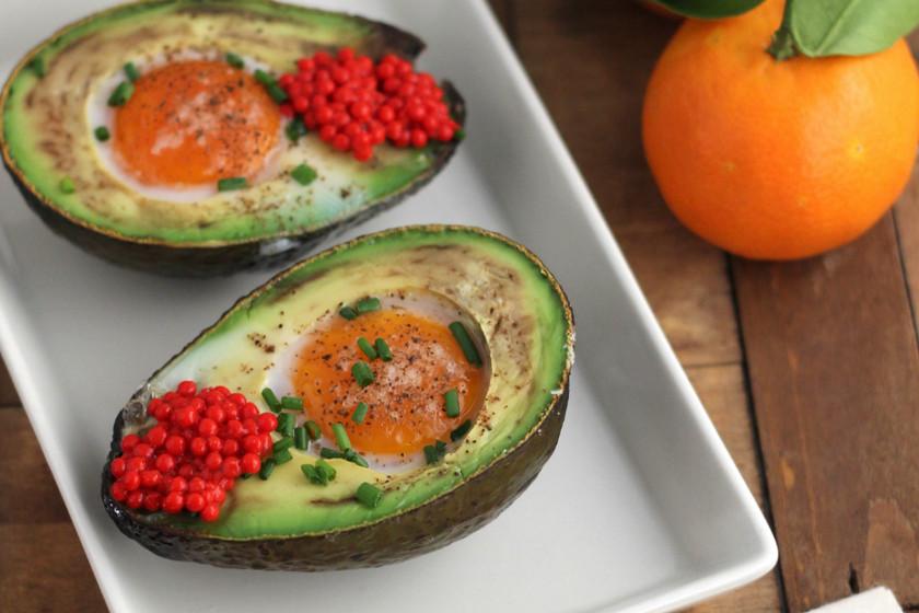 Aguacates con huevos al horno, receta de desayuno saludable