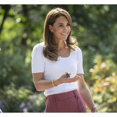 Kate Middleton nos enseña su lado más casual en este look cargado de básicos y con zapatillas blancas